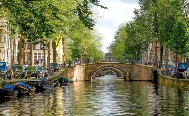 Cate poduri sunt in Amsterdam?