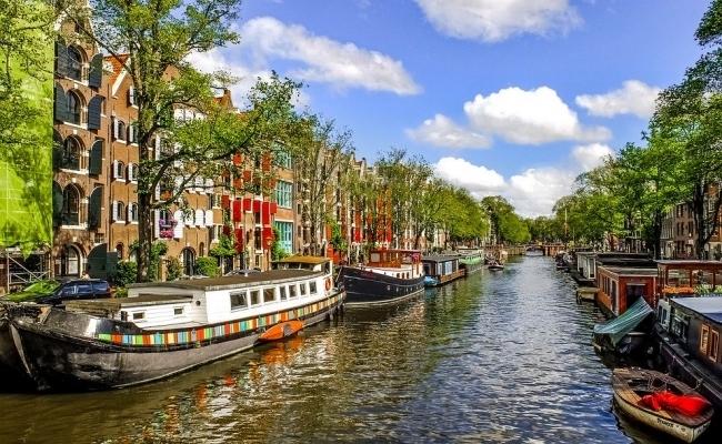 Cate canale de apa sunt in Amsterdam?