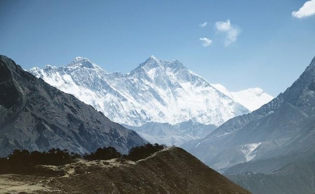 Unde se afla muntele Everest si ce inaltime are?