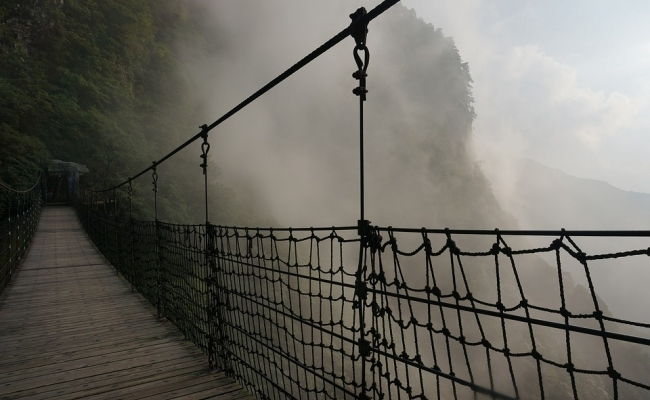 Cine a inventat podurile suspendate?