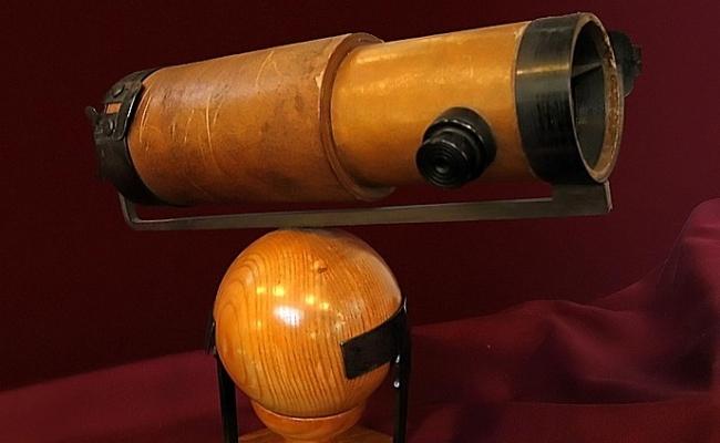 Cine a inventat telescopul reflector?