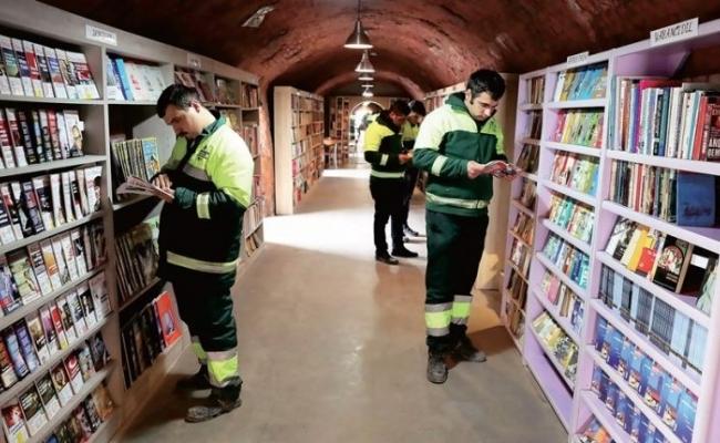 Biblioteca creata din carti aruncate